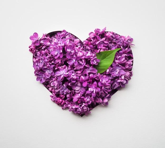 С днем святого валентина карта с цветочным сердцем из сиреневых цветов на белом фоне
