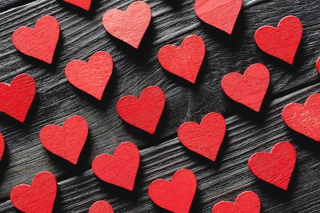木製の背景に幸せなバレンタインデーの心。母の日とバレンタインデーの愛のコンセプト。