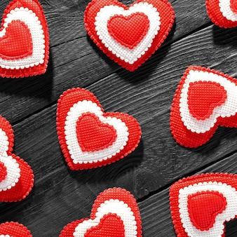 木製のテーブルで幸せなバレンタインデーの心。母の日とバレンタインデーの愛のコンセプト。