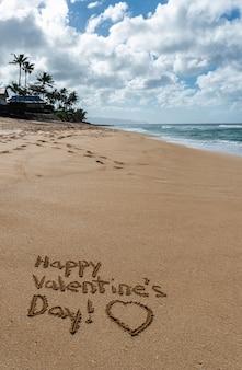 ビーチの砂に描かれた心で幸せなバレンタインデー