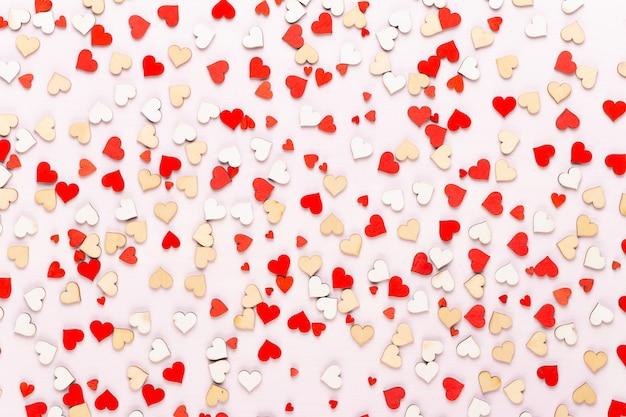 Счастливый день святого валентина фон. с маленькими сердечками цвета на сером фоне.