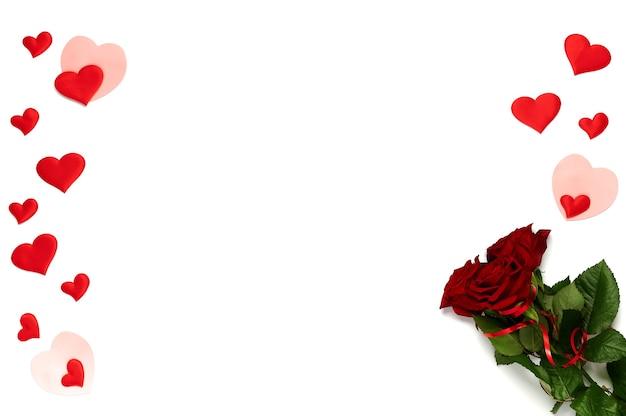 행복한 발렌타인 데이. 장미의 무리와 격리 된 흰색에 많은 다른 색깔의 마음