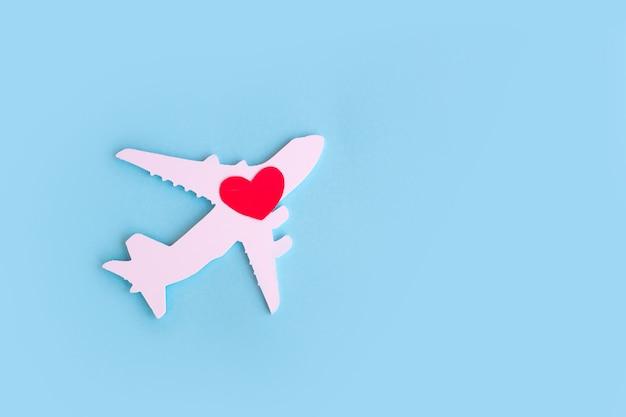 행복한 발렌타인 데이. 붉은 마음으로 파란색 배경에 어린이 비행기