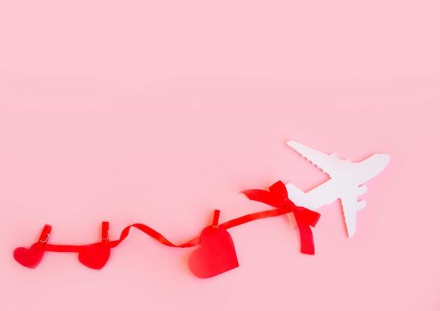 행복한 발렌타인 데이. 붉은 마음으로 분홍색 배경에 어린이 비행기