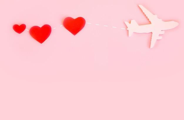Счастливого дня святого валентина. детский самолет на розовом фоне с красным сердцем