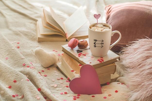 Открытка с днем святого валентина. концепция любви на день матери и день святого валентина. сердца и книги с чашкой кофе. валентинка с пространством для текста