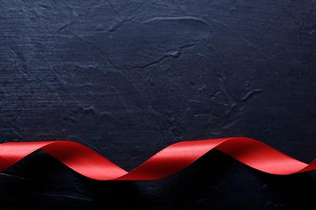 행복한 발렌타인 데이. 검은 돌 배경에 빨간 리본입니다. 발렌타인 데이 개념