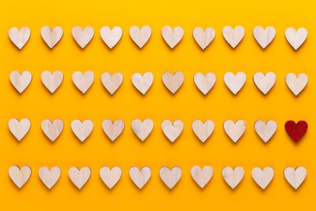 幸せなバレンタインデーのシームレスなパターン。黄色の小さな色のハート。