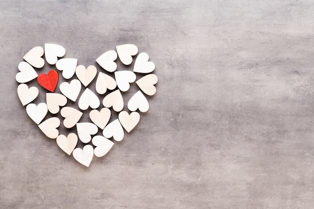 С днем святого валентина. маленькие сердечки на сером.