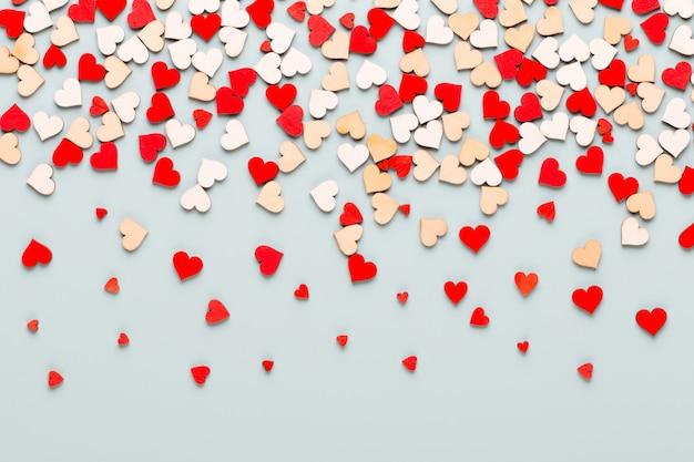 С днем святого валентина. с сердечками на пастели.