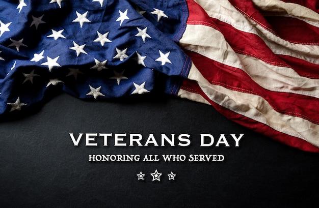 幸せな退役軍人の日のコンセプト。黒板に対するアメリカの国旗