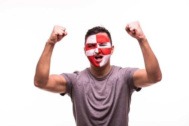 Felice vittoria urlo fan tifoso uomo squadra nazionale croata con faccia dipinta isolato su sfondo bianco