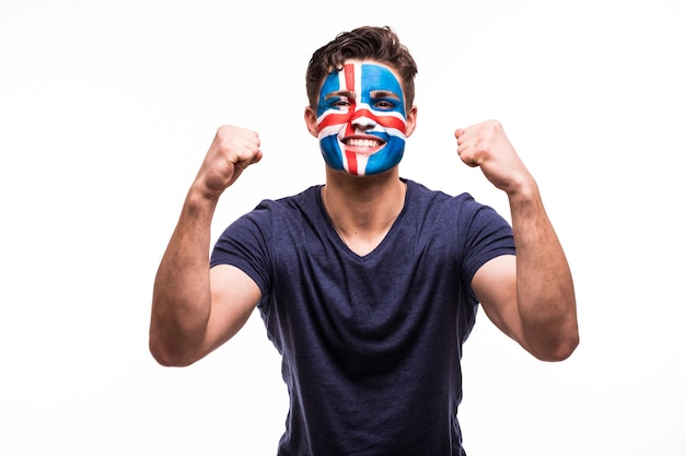 幸せな勝利悲鳴を上げる男ファンは、白い背景で隔離の塗られた顔でアイスランド代表をサポートします