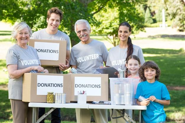 Счастливая семья добровольцев, разделяющая пожертвования