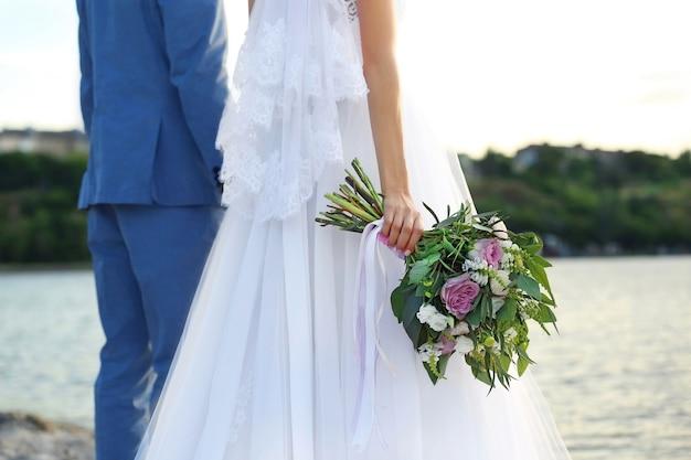 川で幸せな結婚式のカップル