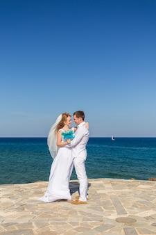 바다 해변에서 행복 한 웨딩 커플