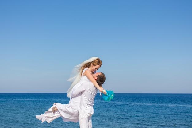 해변에서 행복 한 웨딩 커플