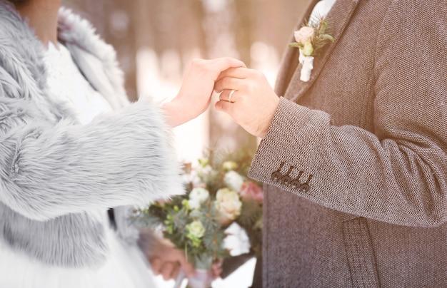 冬の日の屋外で幸せな結婚式のカップル、クローズアップ