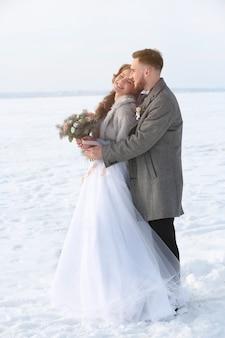 冬の日の屋外で幸せな結婚式のカップル