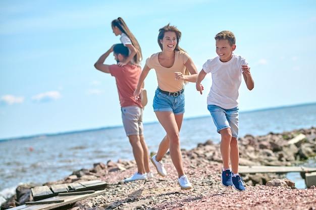 온 가족이 함께 해변에서 즐거운 주말