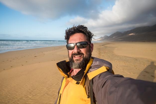 Mopuntainsシーンと野生のビーチで陽気なハンサムな大人の男と幸せな野生のライフスタイルの人々の概念