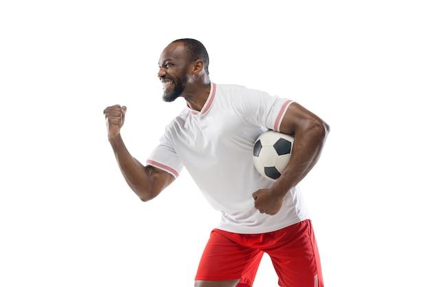 幸せな勝者。プロサッカー、白いスタジオの壁に隔離されたサッカー選手の面白い感情。