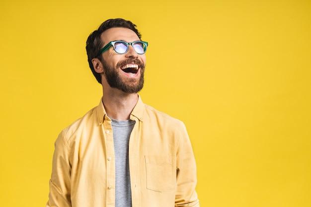 Счастливый победитель! портрет потрясенного изумленного молодого мужчины с широко открытым ртом, удивленный, выражает великое удивление. изолированные на розовом желтом фоне.