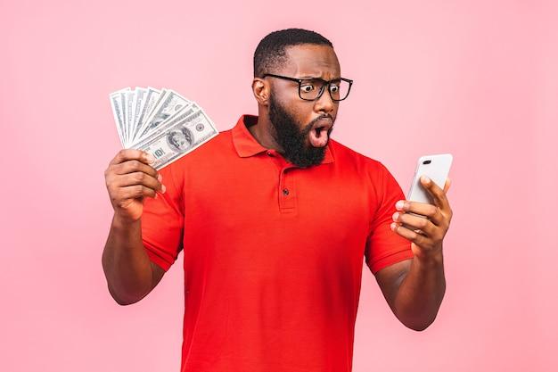 Счастливый победитель! молодой богатый афро-американский мужчина в повседневной футболке держит деньги
