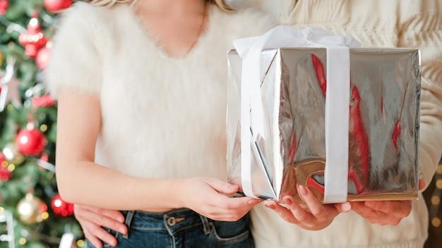 행복한 겨울 방학. 빛나는 선물 상자를 들고 한 쌍의 자른 된 샷