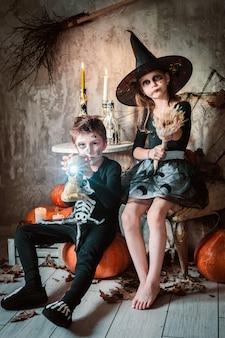 Счастливая девочка и мальчики ведьмы на хэллоуин.