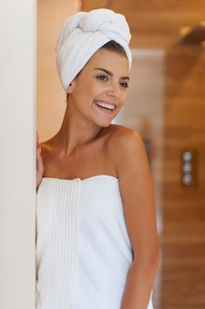 シャワーを浴びた後の幸せな女性