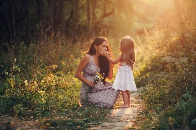 Счастливая женщина и ребенок