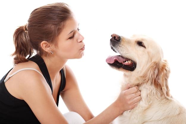 幸せな女と彼女の美しい犬
