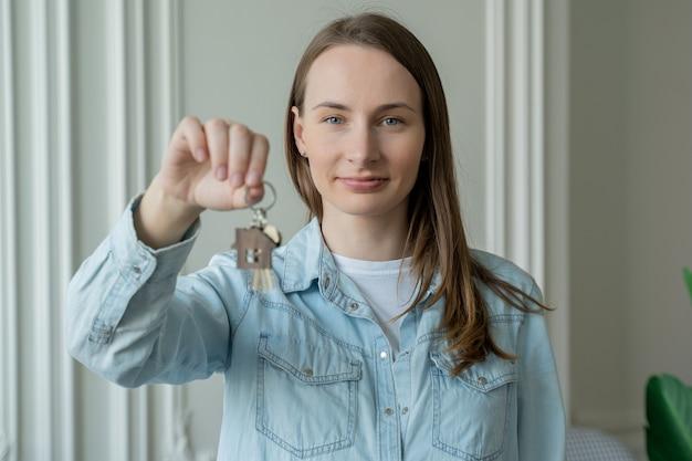 Счастливый владелец квартиры женщины с ключами. портрет счастливой женщины, переезжающей с ключами от новой квартиры