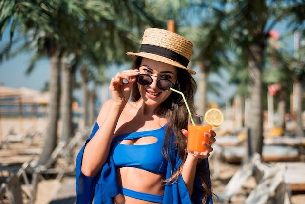 Счастливая женщина на пляже