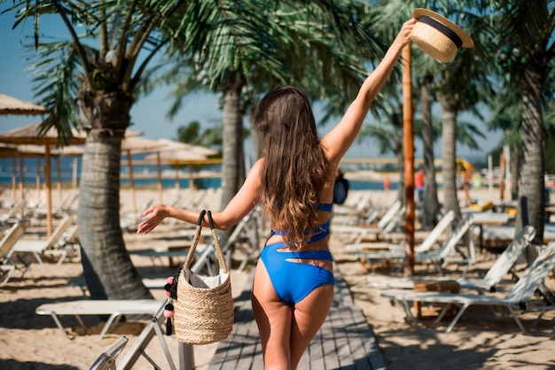 ビーチで幸せな女