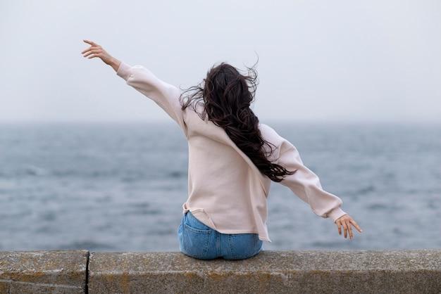 해변에서 행복 한 여자