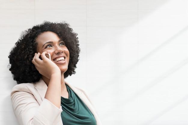 スマートフォンのリミックスメディアと幸せな女性の背景