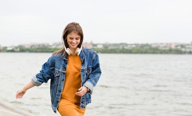 Donna felice di essere in riva al mare