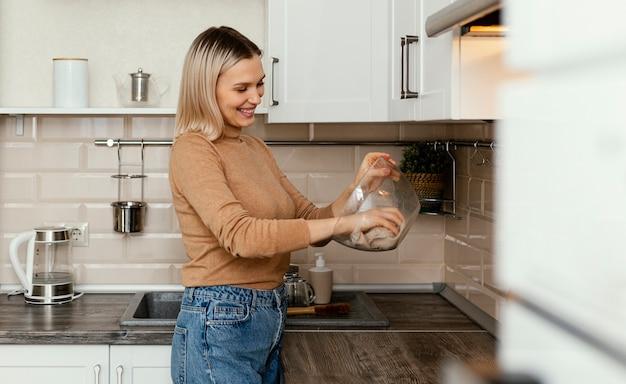 Счастливая женщина, чистящая чашу Premium Фотографии
