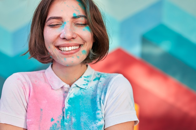 ペイントパウダーで覆われた幸せな女性