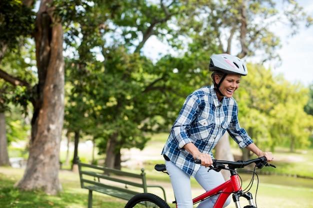 공원에서 자전거 행복 한 여자