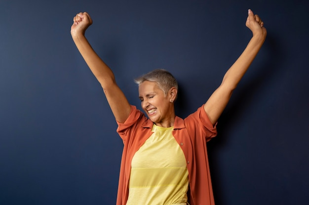 ミディアムショットを踊る幸せな女性