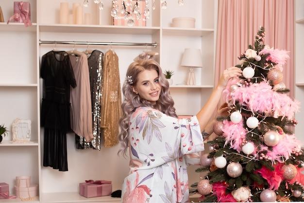 クリスマスツリーを飾る幸せな女性。休日のコンセプト