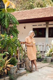Happy woman drink экзотический коктейль курорт на открытом воздухе