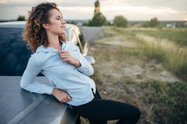Счастливая женщина-водитель, путешествие на машине в летний день