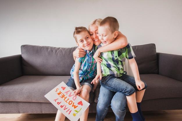 母の日に子供を抱く幸せな女性