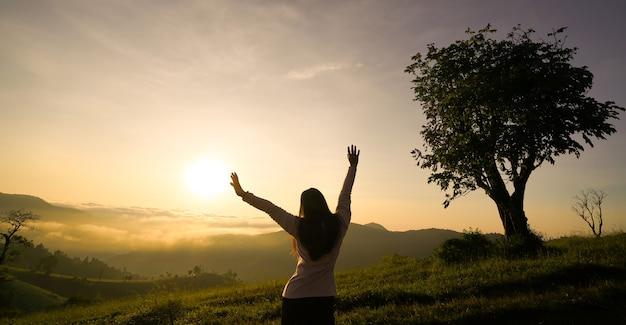 산에서 일출 인생을 즐기는 행복 한 여자