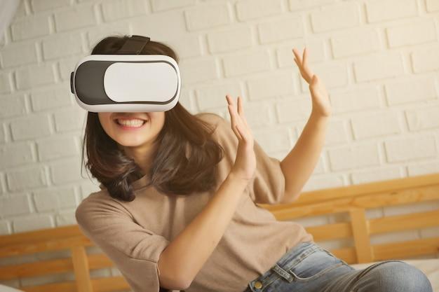 Vr 가상 현실 헤드셋을 즐기고 있는 행복한 여성