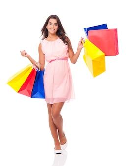 Donna felice che gode dello shopping di successo